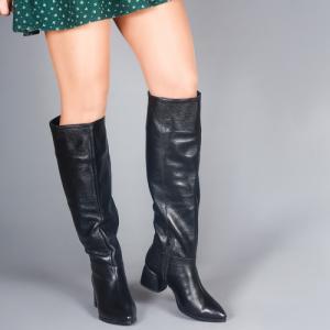 Сапоги в черной коже удлиненным носочком