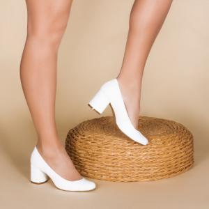 Удобные туфли в белой коже