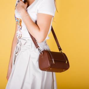 Формостойкая сумочка через плечо в коричневой коже