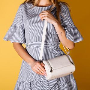 Формостойкая сумочка через плечо в молочной коже
