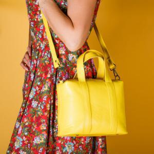Практичная кожаная сумка желтая