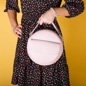 Сумка круглая с внешним карманом в розовой коже