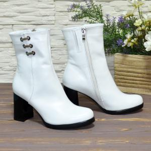 Белые кожаные полусапожки на устойчивом каблуке