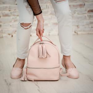 Рюкзак в пудровой коже с кисточками