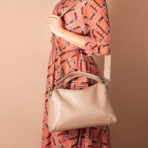 Удобная сумка в бежевой коже