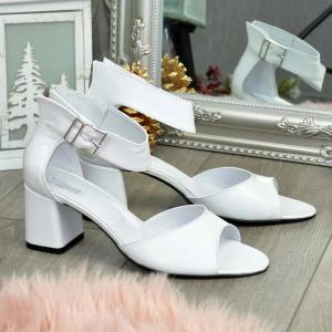 Босоножки в белой коже на удобном каблуке