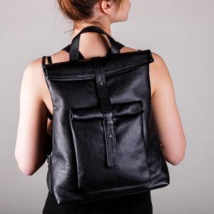 Вместительный рюкзак в черной коже с накладным карманом