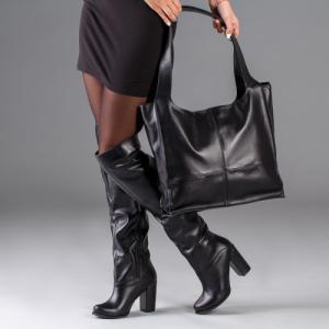 Высокие черные кожаные сапоги