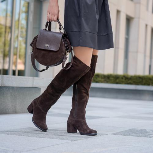 Высокие сапоги замшевые коричневые на удобном каблуке